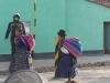 Indiofrauen auf dem Weg zum Markt