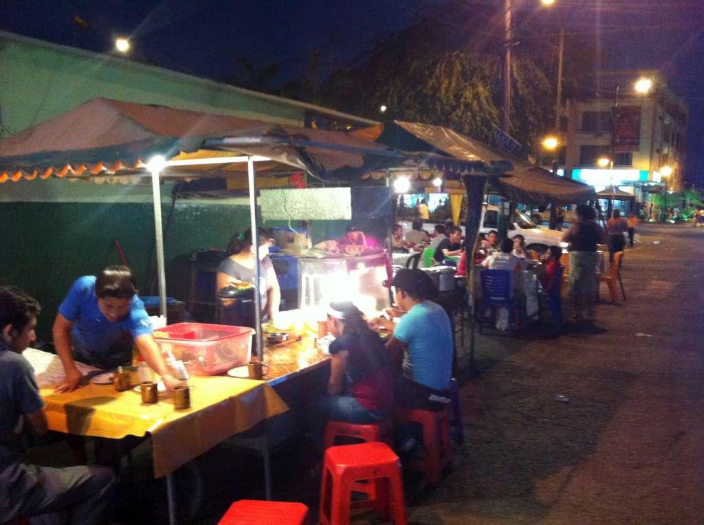 nächtlicher Markt und Garküchen in Huaquillas