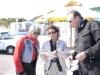 Gabi erläutert Edith und Jürgen die Route