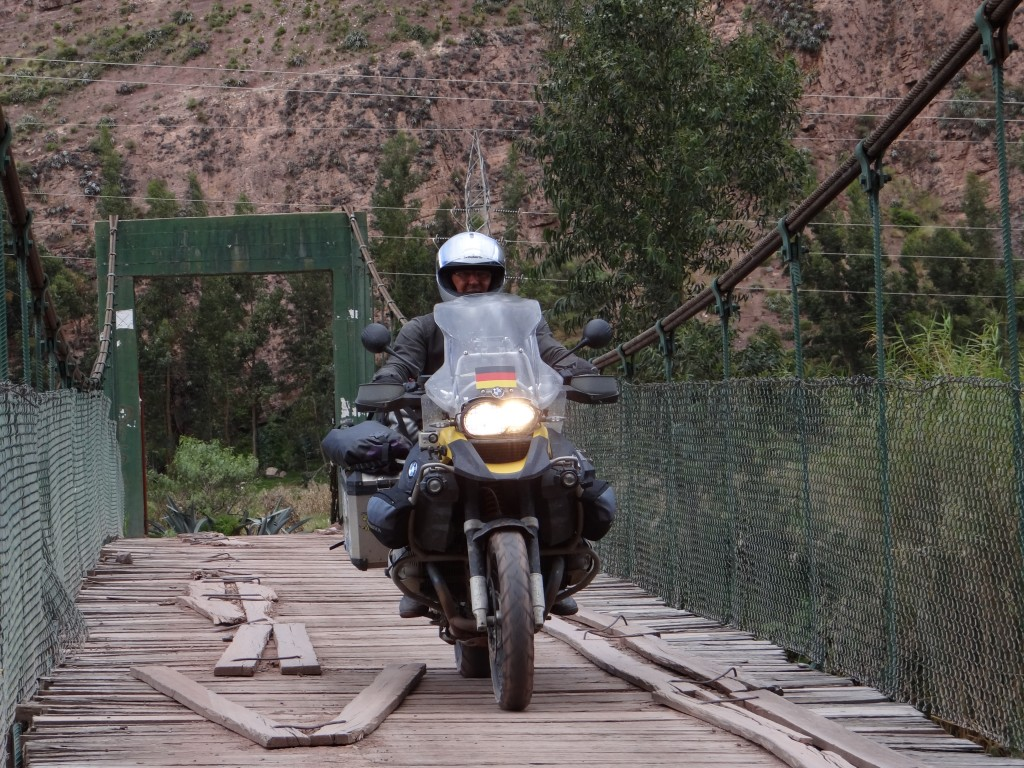 Holzhängebrücke über den Rio Urubamba