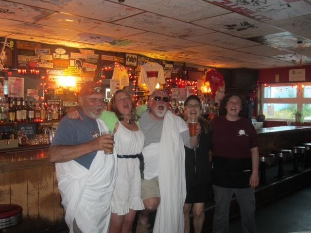 here we go: ausgelassen auf der Toga Party (Mike in der Mitte)