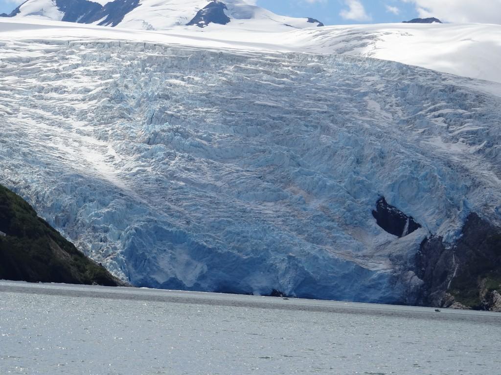 zum Größenvergleich 2 Schiffe am Fuß des Gletschers