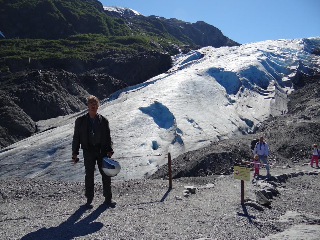am Fuß des Gletschers nach langem Aufstieg in sengender Hitze