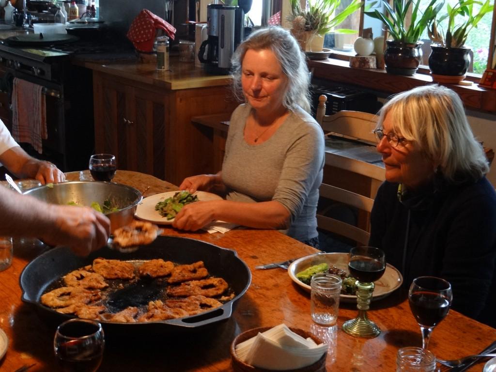 Abendessen in Brigittes B&B, Brigitte und Edith