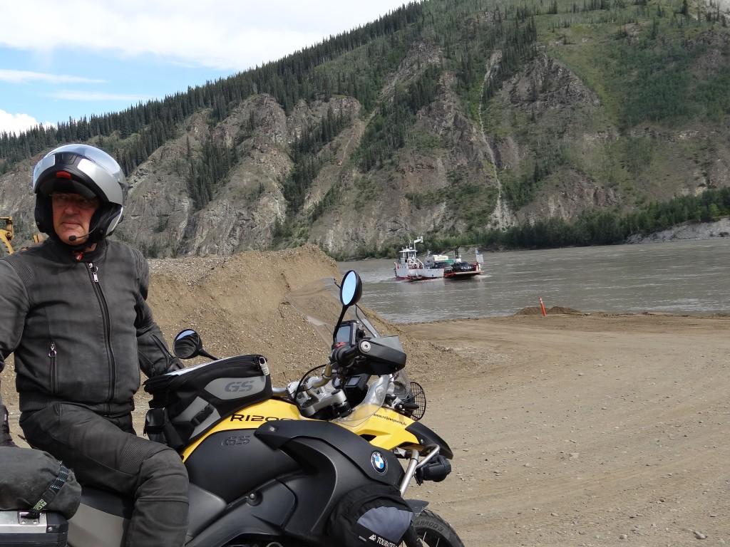 Warten auf die Fähre über den Yukon