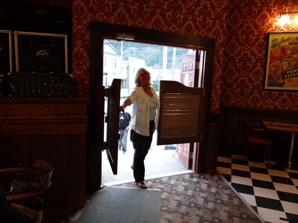 Edith betritt den Saloon