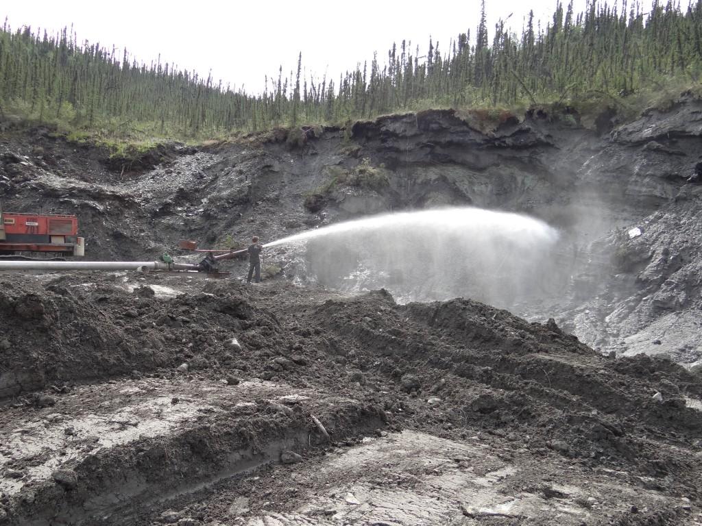 """""""Placer Mining"""", die goldhaltige Gesteinschicht wird aus dem Permafrost-boden ausgewaschen"""
