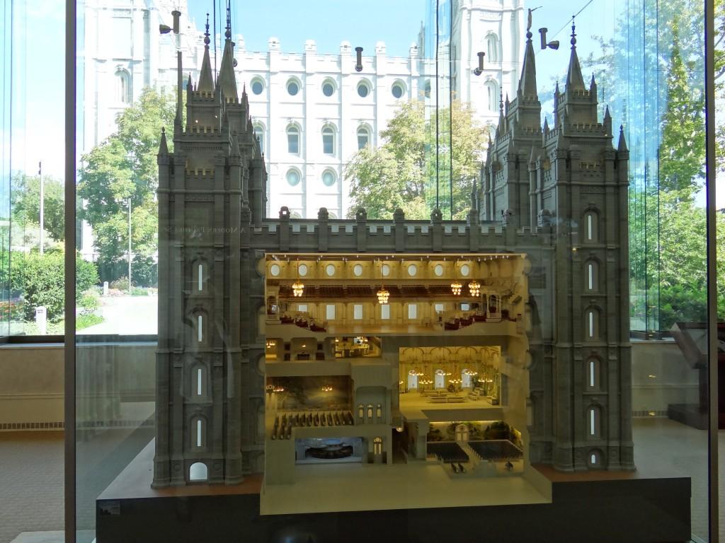 Model des Tempel, dahinter sein Original