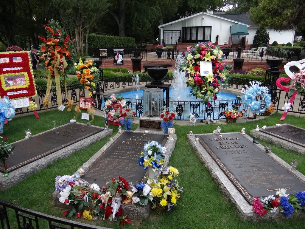 Gräber von Elvis, seiner Eltern und Großeltern