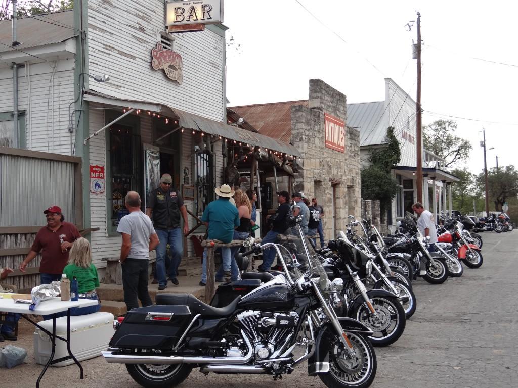 die Cowboys kommen nicht nur auf Harleys zum Saloon ...