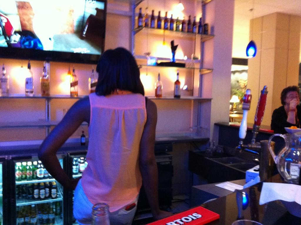 die Barkeeperin unseres Hotels war offensichtlich mehr am Fernsehprogramm als an ihren Gästen interessiert
