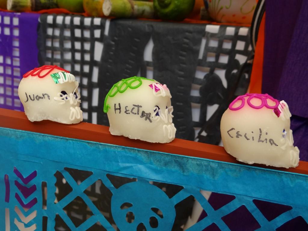 Calaveras aus Zuckerguss mit den Namen der Hotelangestellten