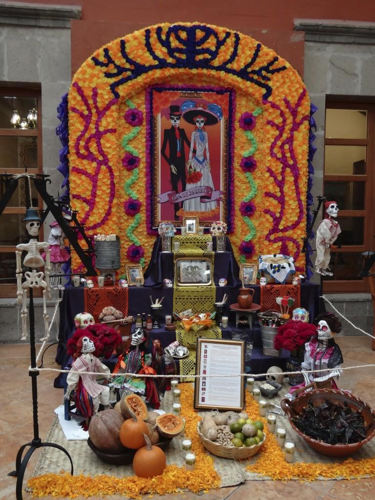 üppig geschmückter Altar in einem Restaurant in México D.F.