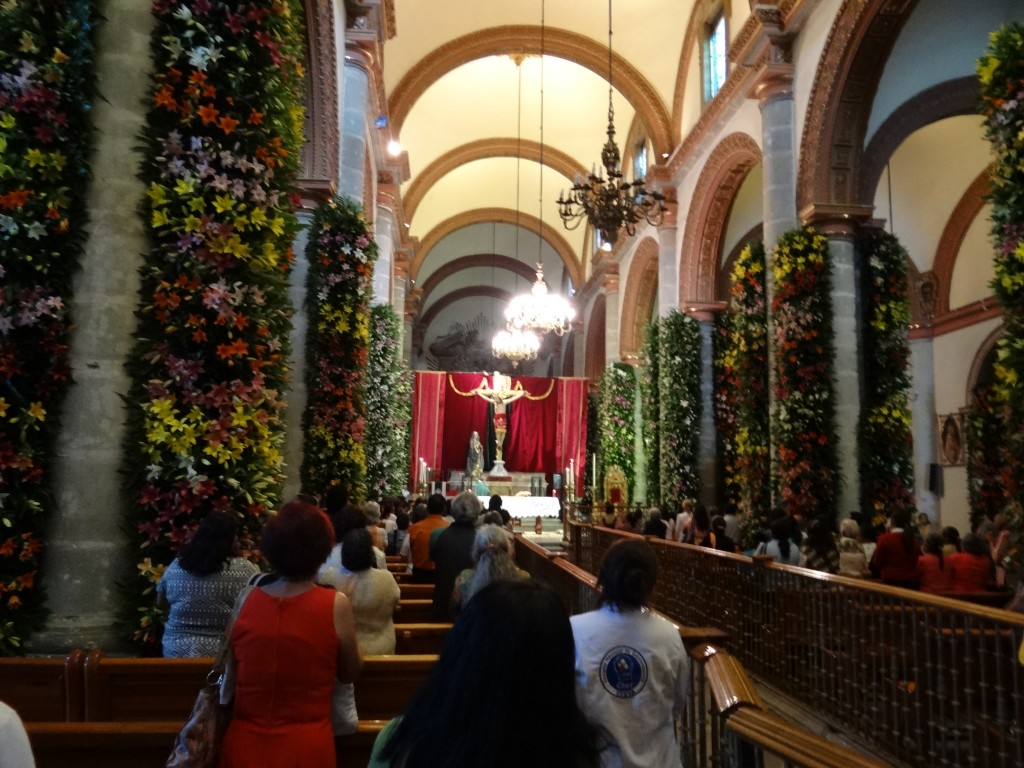 Der Innenraum der Kathedrale ist für eine Fiesta mit tausenden Lilien geschmückt
