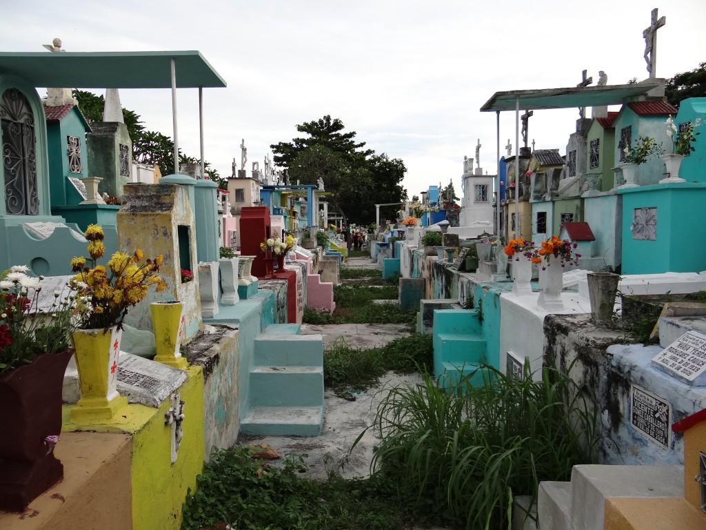 Die Gräber auf dem Friedhof von Mérida sind bunt wie die Historischen Zentren der Kolonialstädte