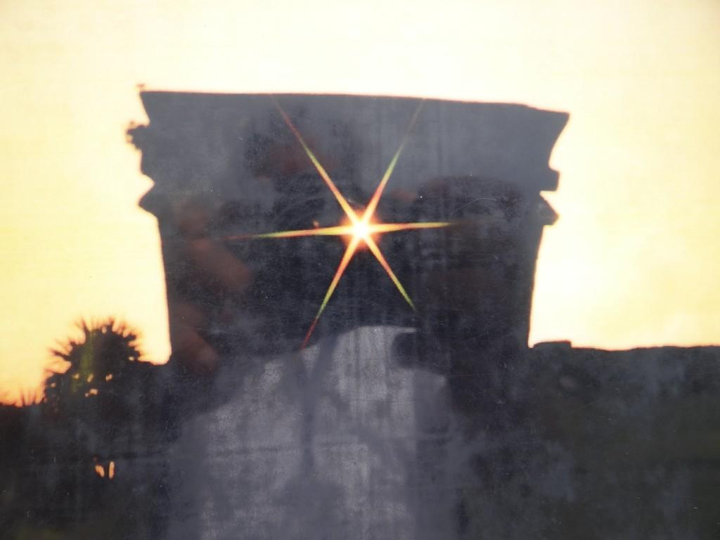 am 21. 12. scheint die Sonne für ein paar Sekunden in dieser Weise durch den Tempel