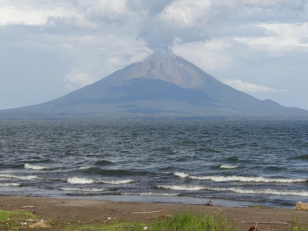 der Volcán Concepción qualmt