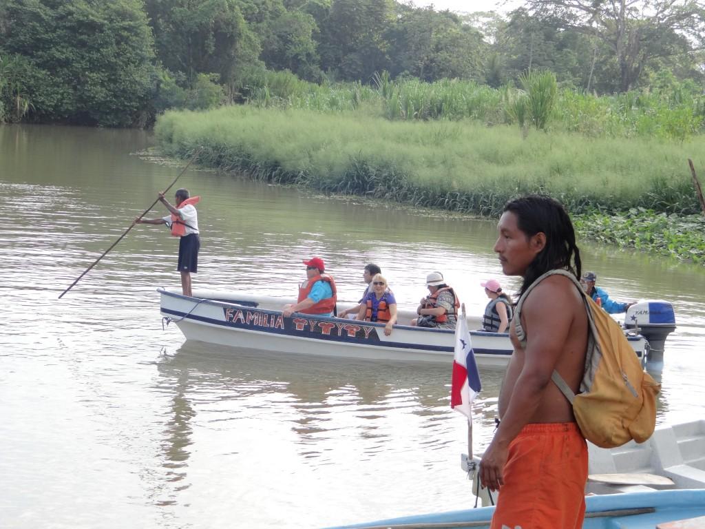 Kuna Indianer wartet an der Lagune
