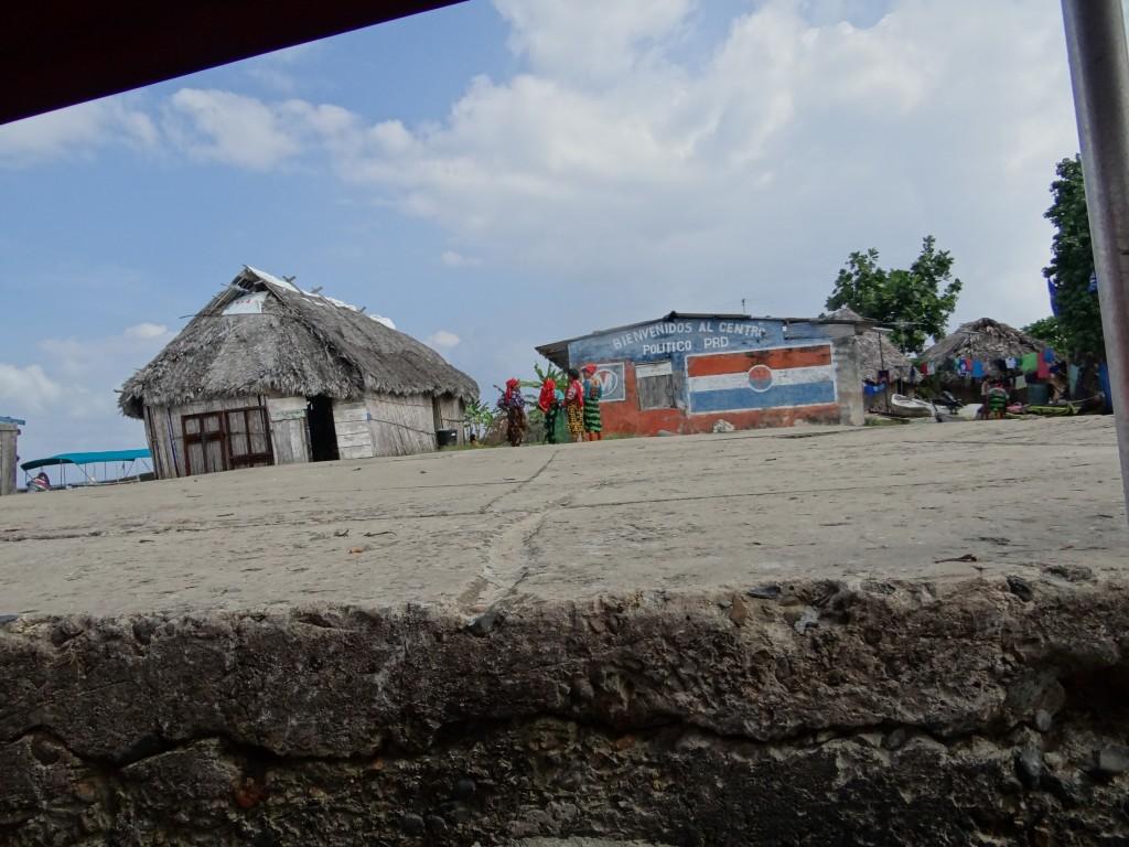 Kuna Frauen in ihren bunten Trachten beim Plausch
