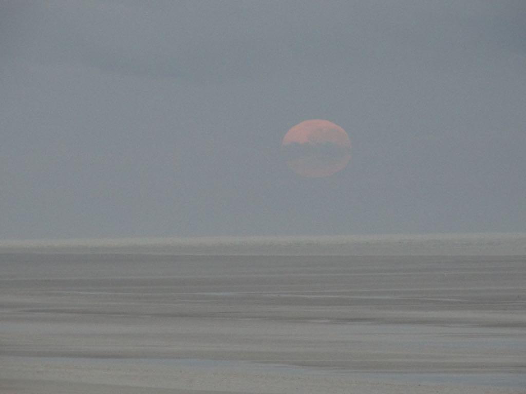 um 5.30 Uhr versank der Mond am Eightymile Beach