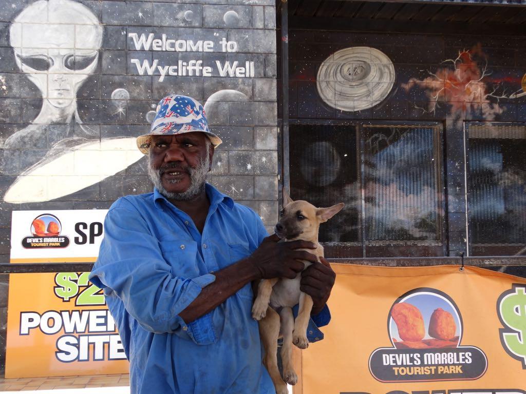 Aboriginee mit Dingo Welpen