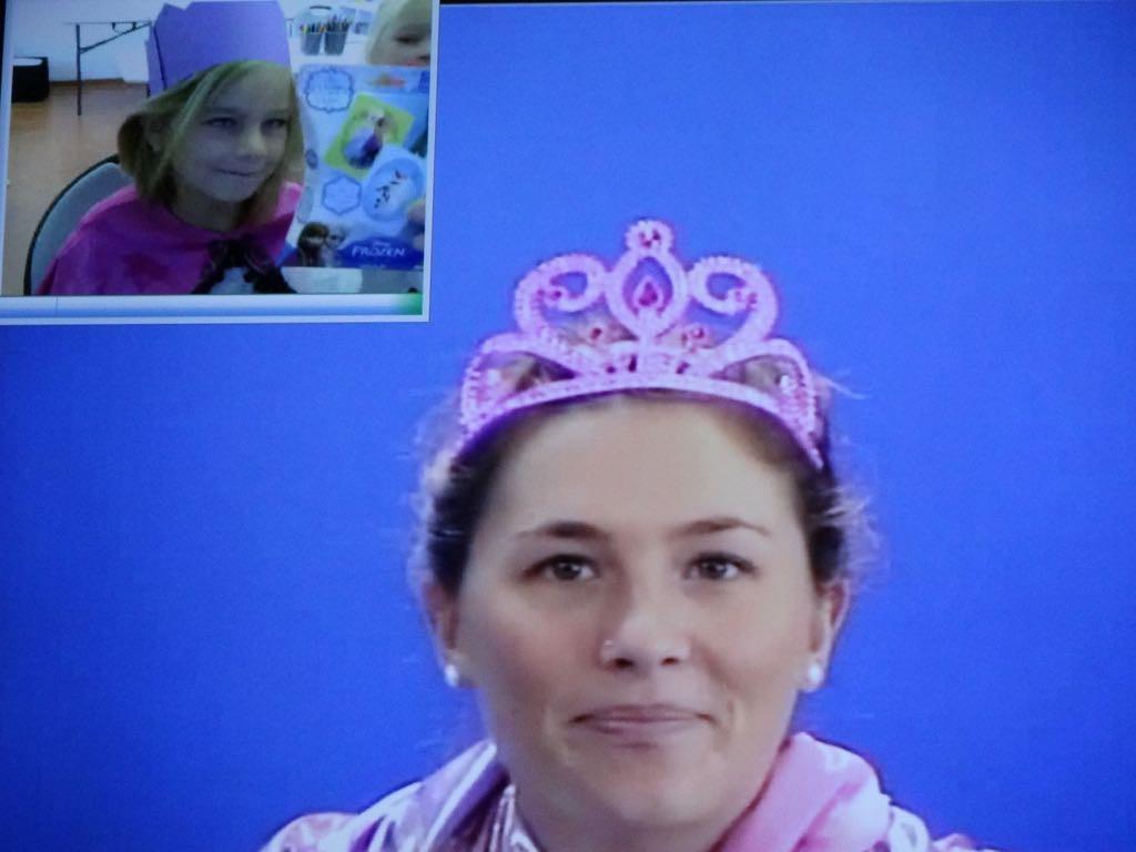 """Lehrerin erläutert die verschiedenen Schreibweisen eines gesprochenen """"K"""" anhand der Worte """"King"""" und """"Queen"""""""