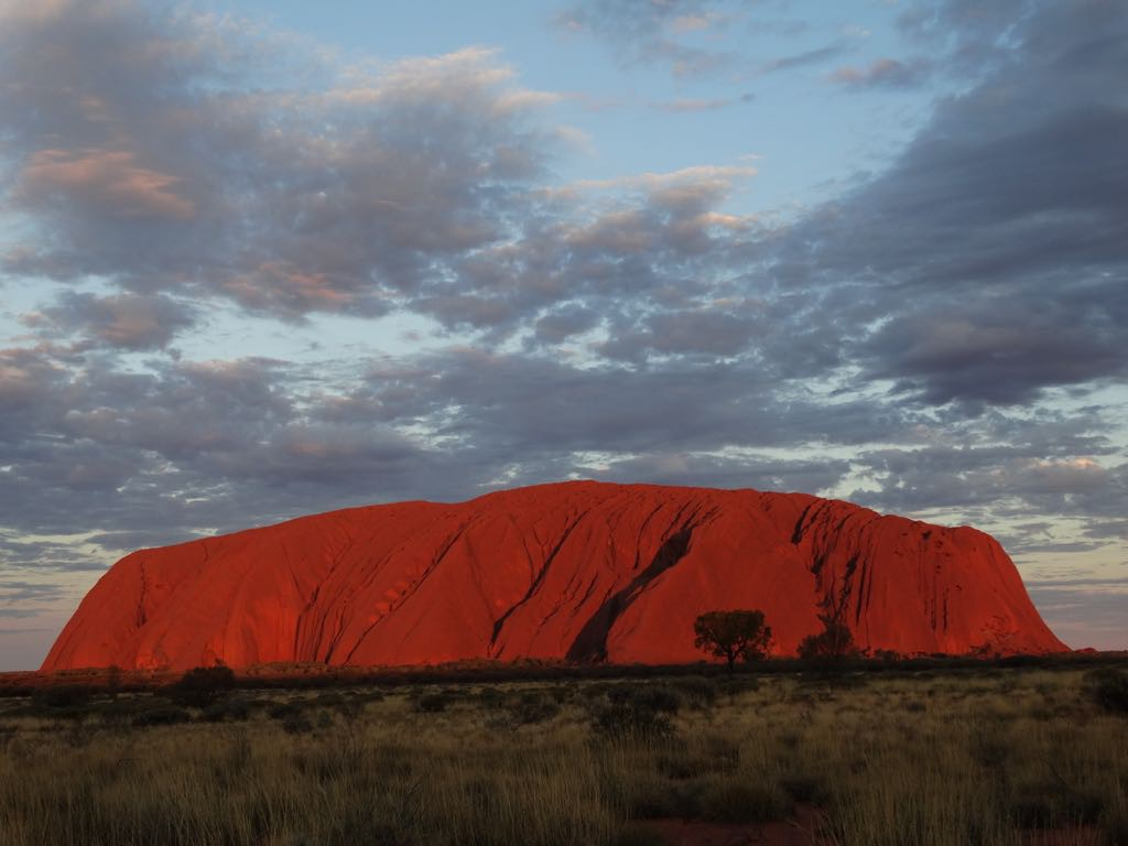 der Uluru im letzten Sonnenlicht
